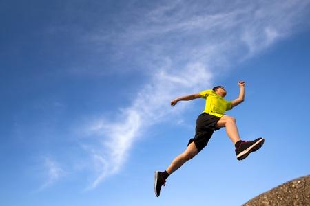 hombres corriendo: joven corredor con el fondo de la nube