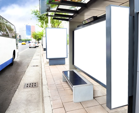 parada de autobus: Iniciar sesión en blanco blanco de publicidad en la estación de autobuses en la ciudad