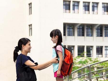 school bag: Madre y ni�a de la comunicaci�n en la escuela Foto de archivo