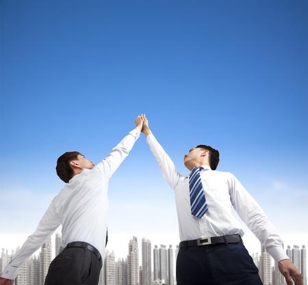 성공 제스처와 함께 두 기업인