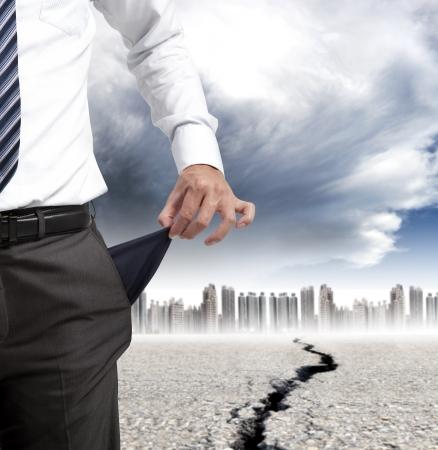 crisis economica: hombre de negocios que muestra los bolsillos vacíos y el concepto de crisis financiera Foto de archivo