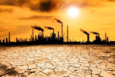 calentamiento global: Refinería con el humo y el concepto de calentamiento global