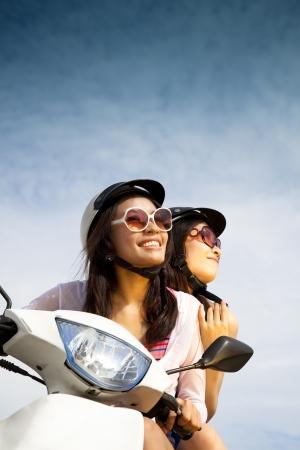 motorrad frau: junge Frau, Reiten, Roller auf der sonnigen Tag Lizenzfreie Bilder