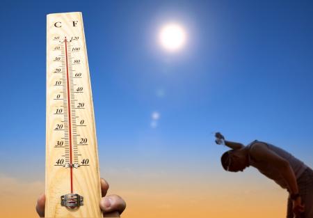 Mann schüttet Wasser über seinen Kopf zur Kühlung unter Hitze und Sommerhimmel