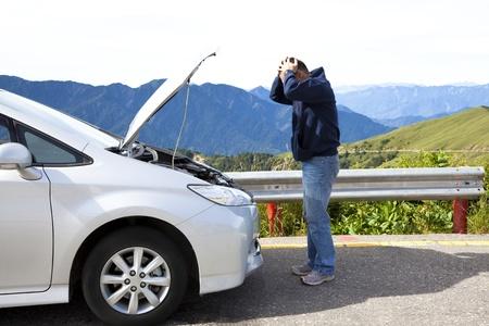 broken car: hombre enojado con el coche de aver�a en la carretera nacional
