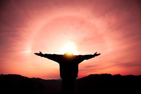 inspirerend: man staande op de top van de berg en het kijken naar de zonsopgang