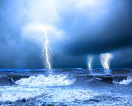 rayo electrico: La tormenta y el trueno sobre el mar Foto de archivo