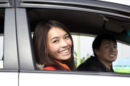 vezetés: Boldog pár az autóban Stock fotó
