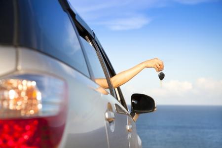 Hand der Frau hält Autoschlüssel