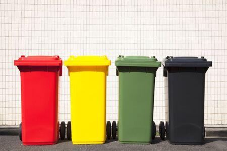 botes de basura: cuatro colores papeleras de reciclaje en la calle Foto de archivo