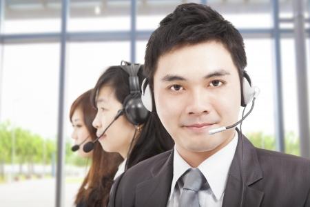 hotline: slimme Aziatische zakenman met call center agent Stockfoto