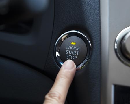 자동차의 엔진 시동 정지 버튼을 누르면 손가락