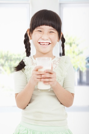 latte fresco: Happy little girl in possesso di un bicchiere di latte fresco