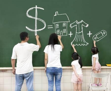 familie tekening geld huis kleren en video game symbool op het bord Stockfoto