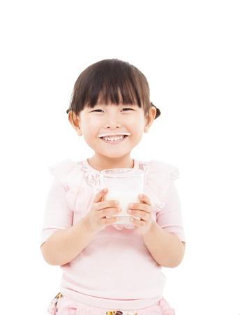 tomando leche: chica asi�tica que sostiene un vaso de leche fresca
