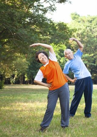 公園でアジアの年配のカップル 写真素材