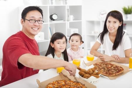 familia comiendo: Familia asiática feliz disfrutando de su cena en el hogar