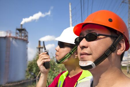 trabajador petrolero: Cerca de dos trabajadores de las refinerías asiáticas Foto de archivo