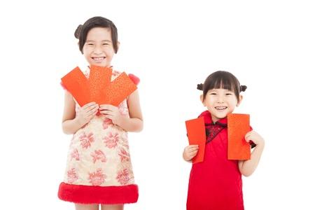 niños chinos: feliz año nuevo chino. sonriente asiático niñas sosteniendo sobre rojo