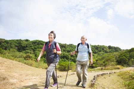 parejas caminando: feliz pareja de ancianos senderismo asi�tico