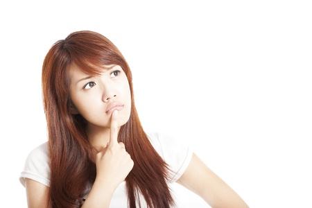 dudas: mujer que piensa joven mirando hacia arriba