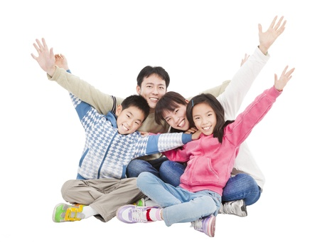 asia family: familia feliz que se sienta y el aumento de la mano