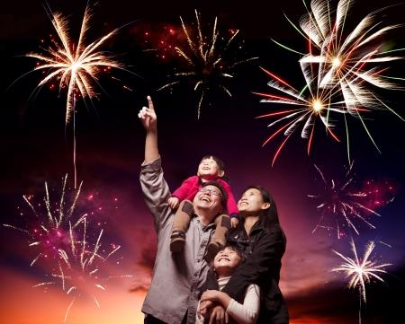 저녁 하늘에 행복 한 가족을 찾고 불꽃 놀이