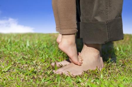 Familie voeten op het gras met wolk achtergrond
