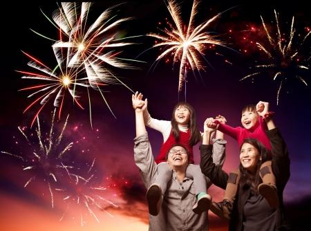fiesta familiar: familia asi�tica feliz mirando los fuegos artificiales Foto de archivo
