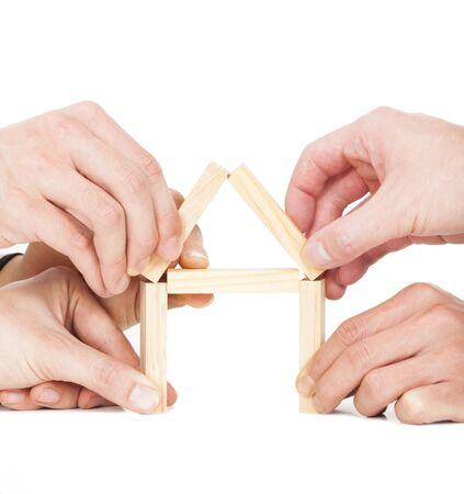 나무 블록으로 다섯 사업가 손을 건물 집 스톡 콘텐츠