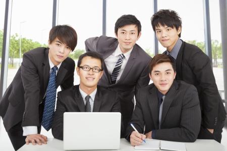 사무실에서 근무하는 젊은 비즈니스 팀