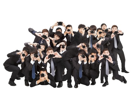 many people: muchos fot�grafos c�mara que sostiene apuntando a usted