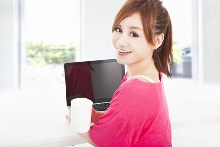 persona feliz: feliz asiático mujer sentada con el ordenador portátil Foto de archivo
