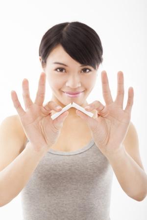 cigarrillos: mujer joven rompiendo cigarrillos y dejar de fumar