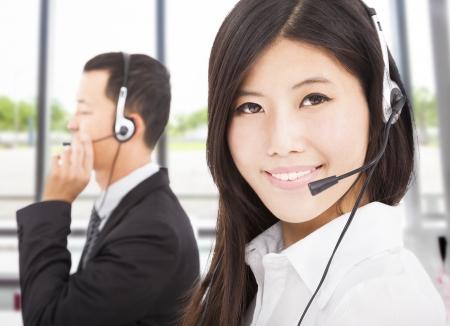 call center agent: bel uomo d'affari sorridente con agente di call center Archivio Fotografico