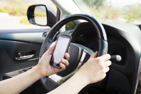 hands free phone: tel�fono inteligente en la mano mientras conduce el coche