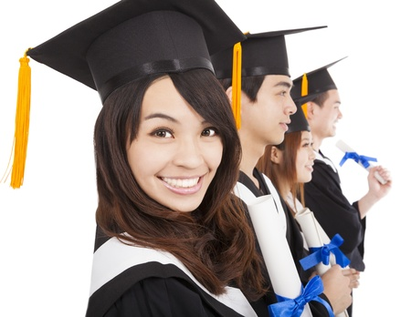 licenciado: estudiantes graduados y felices aislados en el fondo blanco