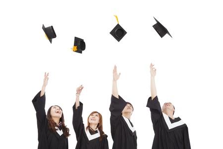 birrete de graduacion: feliz grupo de estudiantes graduados jóvenes tirando el sombrero