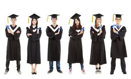 toga y birrete: longitud total de feliz joven graduado grupo de estudiantes