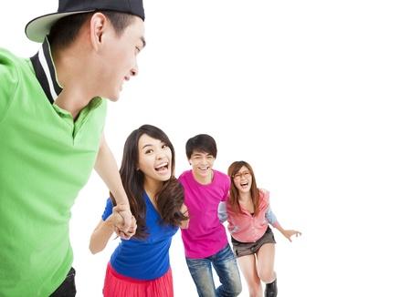 hombres corriendo: feliz grupo joven con la mano en la mano y correr por diversi�n