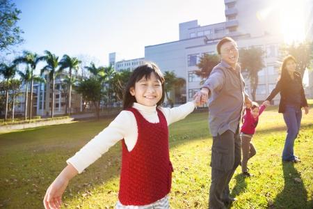 asia family: familia feliz en la escuela con el fondo de la luz del sol