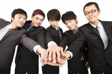 la union hace la fuerza: equipo de negocios de Asia con la mano juntos