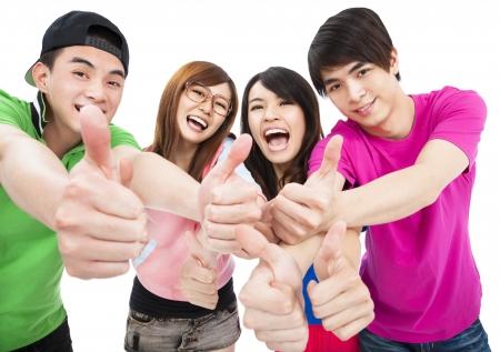 gelukkige jonge groep met thumbs up