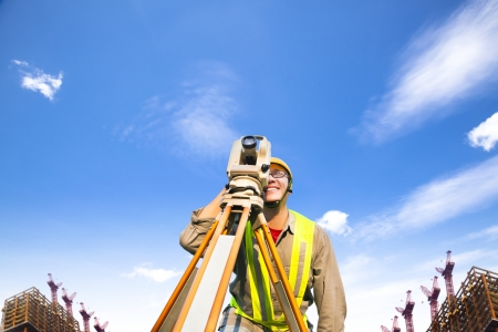surveying: Ingeniero top�grafo haciendo medidas en el campo