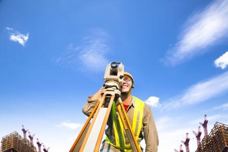 teodolito: Ingeniero topógrafo haciendo medidas en el campo