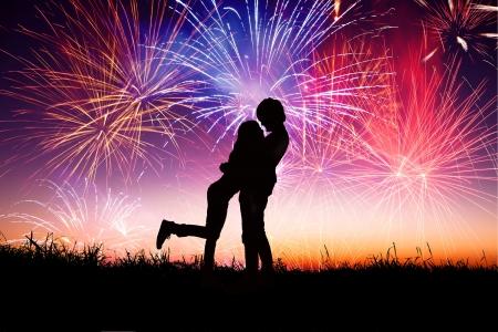 fuegos artificiales: amantes de la joven pareja con el fondo de los fuegos artificiales Foto de archivo