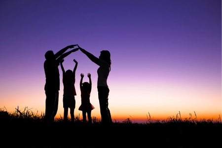 and future vision: Familia feliz haciendo el signo de la casa en la colina Foto de archivo