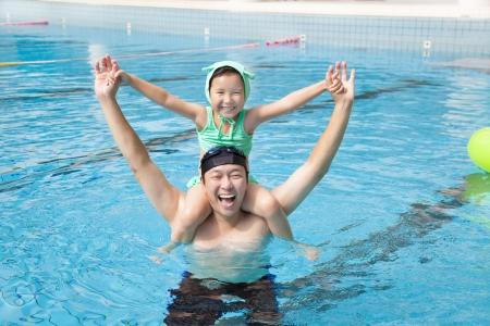 ni�os nadando: feliz padre y la ni�a en la piscina