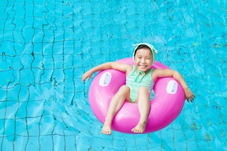 schwimmring: glückliches kleines Mädchen im Schwimmbad