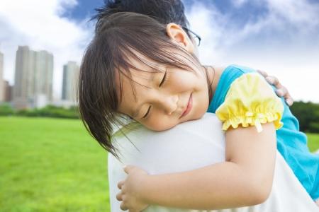Una sonrisa de niña que duerme en su hombro padre Foto de archivo - 20573763